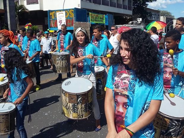 Percussionistas na concentração do Pacotão, em Brasília (Foto: Lucas Nanini/G1)