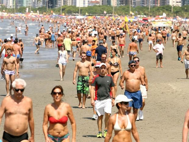 Banhistas aproveitam dia de sol na praia do Gonzaga, em Santos, no litoral sul paulista. (Foto: Guilherme Dionízio/Estadão Conteúdo)