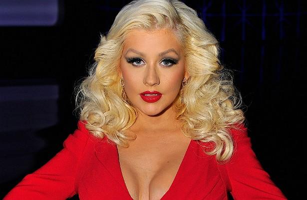"""Christina Aguilera dava trabalho à equipe do 'The Voice' quando era jurada do reality show: via cada uma das cenas em que aparecia e, caso parecesse acima do peso, mandava regravarem toda a sequência para entrar na edição final. Além disso, ao se apresentar em outros países, a cantora muitas vezes requer que um carro da polícia esteja à frente de seu, com a sirene ligada, só para abrir caminho para """"Xtina"""" em meio aos engarrafamentos. (Foto: Getty Images)"""