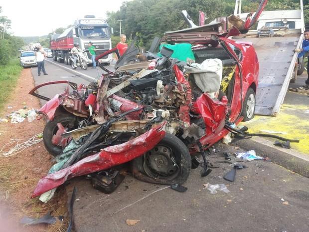 Veículo ficou totalmente destruído em colisão  (Foto: Felipe Pereira/ TV Clube)