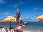 Tatiele Polyana empina o bumbum para foto na praia