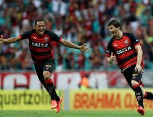 Marcinho e Luiz Gustavo; Vitória (Foto: Felipe Oliveira/Divulgação/EC Vitória)