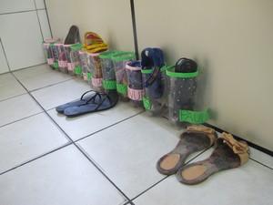 Sapatos de alunos e professoras ficam do lado de fora da sala (Foto: Jéssica Bitencourt / G1)
