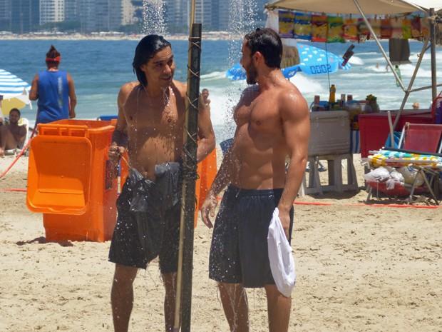 André Gonçalves e Klebber Toledo trocam uma ideia enquanto se refrescam (Foto: Walter Dhein / Gshow)