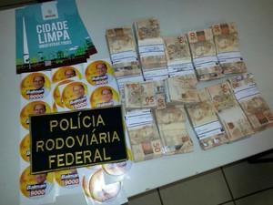 Material foi apreendido junto com valor de R$ 60 mil (Foto: PRF/Divulgação)