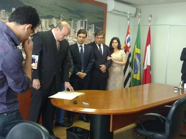 Solenidade de transferência de cargo em Marília foi realizada no gabinete da prefeitura na manhã deste domingo (Foto: Gabriela Cardoso/ TV TEM )