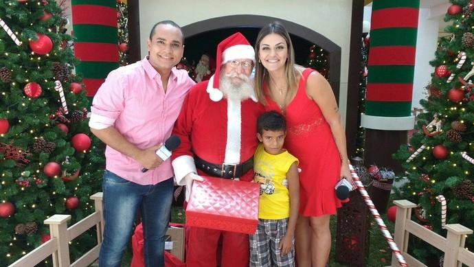 Maysa Reis e Menilson Filho levaram o garoto para um passeio  e prepararam uma surpresa com o Papai Noel. (Foto: TV Sergipe)