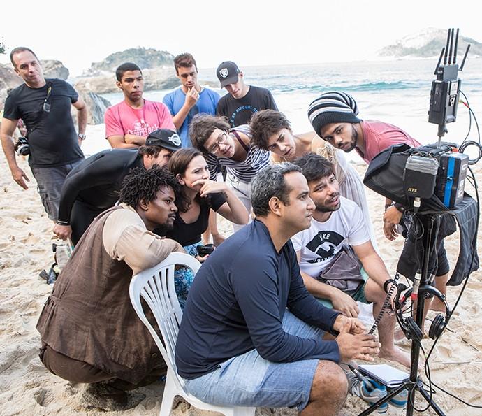 O diretor João Paulo Jabur (sentado à frente, de branco) avalia as sequências gravadas com a equipe (Foto: Felipe Monteiro/Gshow)
