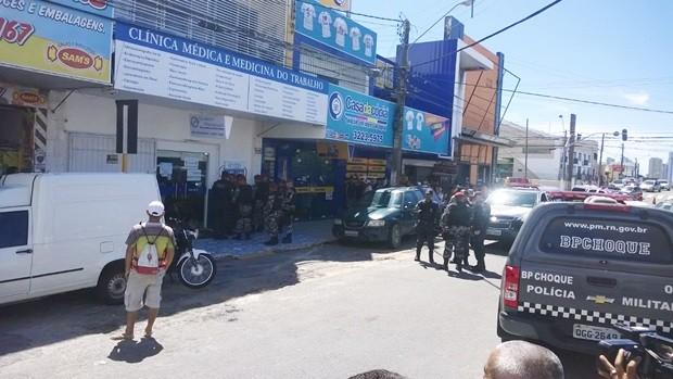 Com a notícia de que havia um assalto em andamento, policiais do BPChoque fecharam a rua isolaram a área (Foto: Eduardo Rodrigues/Inter TV Cabugi)