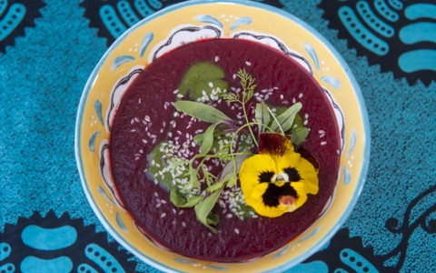 Sopa de beterraba com batata doce