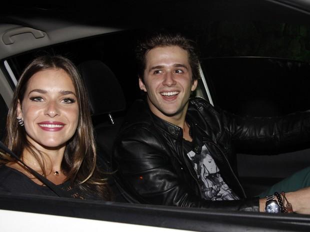 Monique Alfradique e Gil Coelho chegam para a festa (Foto: Ag.News)