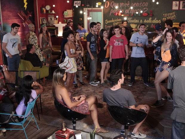 Rebolativa, Fatinha comemora sucesso do clipe dançando e Bruno baba (Foto: Malhação / Tv Globo)