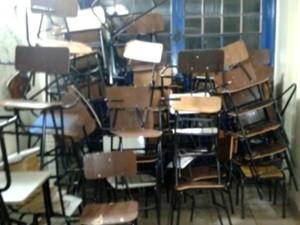 Cadeiras foram danificadas durante confusão em escola, em Goiás (Foto: Reprodução/TV Globo)