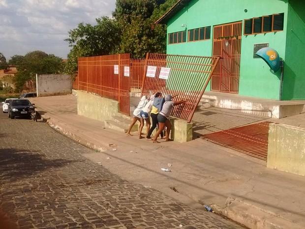 Portão da Casa de Albergado foi derrubado durante rebelião em Teresina (Foto: Fernando Brito/G1)