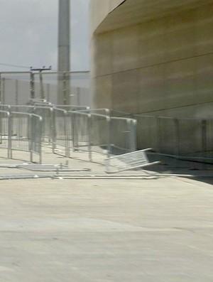 Grade quebrada na Arena Castelão (Foto: Reprodução/TV Verdes Mares)