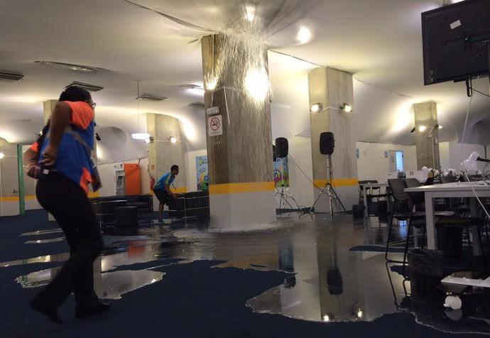 Centro de mídia da Arena das Dunas é alagado (Foto: Eduardo Matos/Rádio Gaúcha)