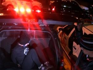 Maria Tereza é colocada no carro da Polícia Civil e levada para a cadeia de Paulínia (Foto: G1 Campinas)