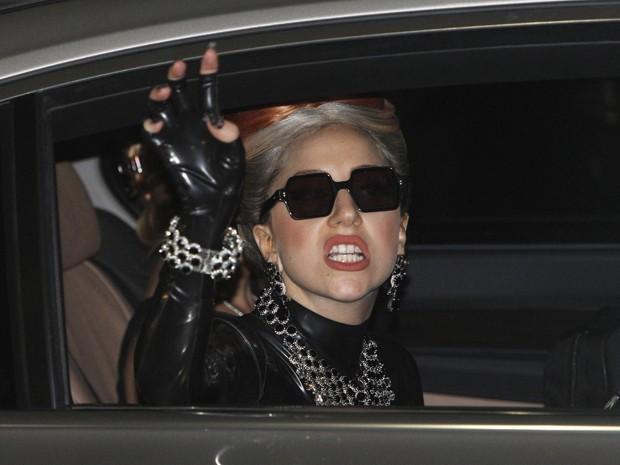 Lady Gaga acena e faz careta momentos após desembarcar em Bangcoc, na Tailândia, nesta quarta (23); ela se apresenta na cidade na sexta-feira (Foto: Sukree Sukplang/Reuters)