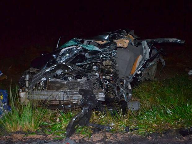 Batida entre carro e caminhonete ocorreu na BR-020, no oeste da Bahia (Foto: Weslei Santos/Blog do Sigi Vilares)