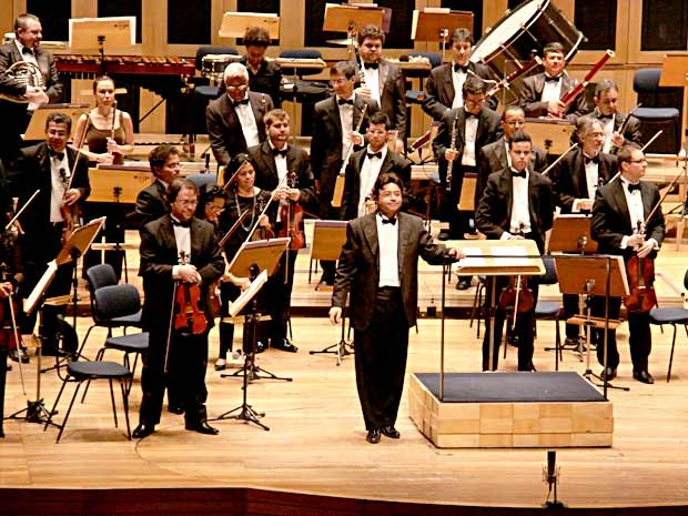 Músicos da Orquestra Sinfônica de Brasília sob regência do maestro Cláudio Cohen (Foto: Alan Moreira/Divulgação)