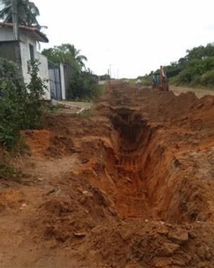 Barril foi desenterrado durante escavação de um terreno no Alto da Torre, na Zona Norte de Natal (Foto: Divulgação/Polícia Militar)