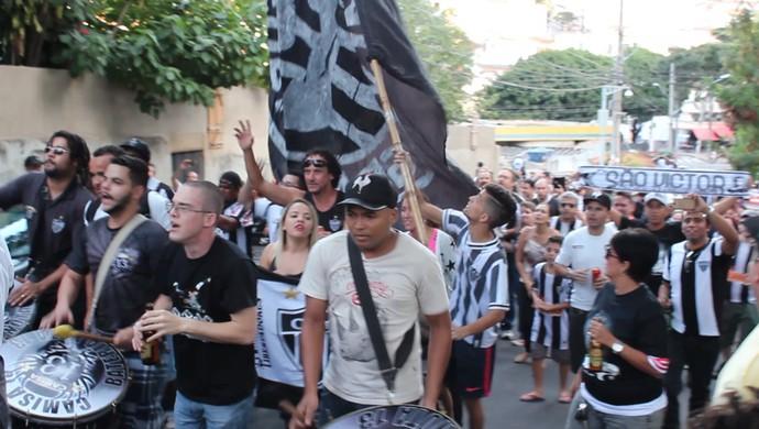 """Atleticanos fazem procissão, ao redor do Independência, pelo dia de """"São Victor"""" (Foto: Maurício Paulucci)"""