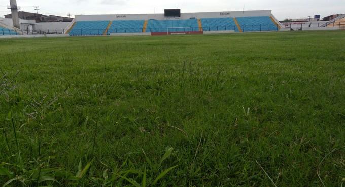 Gramado do Nhozinho Santos vai receber reparos nos próximos dias (Foto: João Ricardo / GloboEsporte.com)