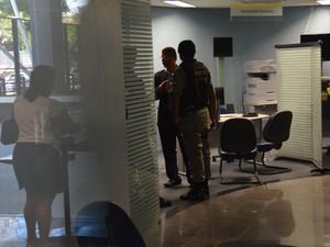 Policiais conversam com funcionários do banco que foram rendidos pelos bandidos durante assalto (Foto: Walter Paparazzo/G1)