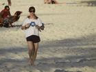 Letícia Spiller corre na areia fofa da praia