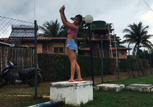 Giovanna Ewbank busca sinal de celular (raro) em Fernando de Noronha (Foto: Reprodução/Youtube)