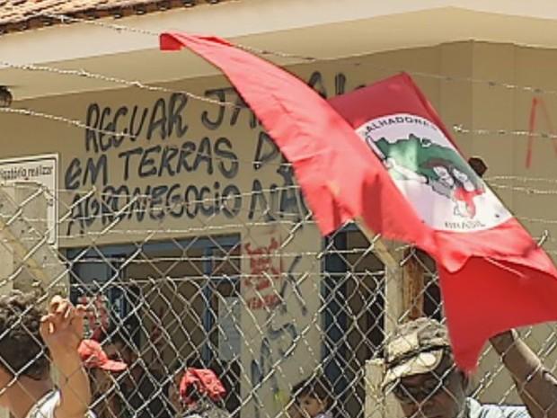 Integrantes do movimento picharam a sede da fazenda  (Foto: Reprodução / TV TEM)