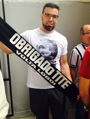 torcedor corinthians Cleyton Assad faixa de apoio ao treinador Tite (Foto: Diego Ribeiro)