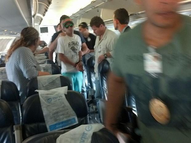 Grupo suspeito de arrombar caixas eletrônicos é preso dentro de avião no aeroporto JK, em Brasília (Foto: Polícia Civil/Divulgação)