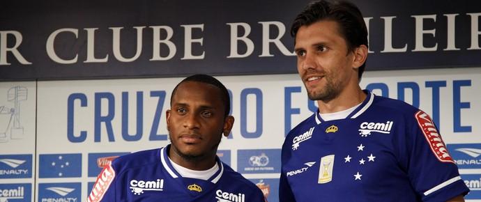Em apresentação na Toca, Willians e Paulo André vestiram a camisa do Cruzeiro pela primeira vez (Foto: Washington Alves/Light Press)