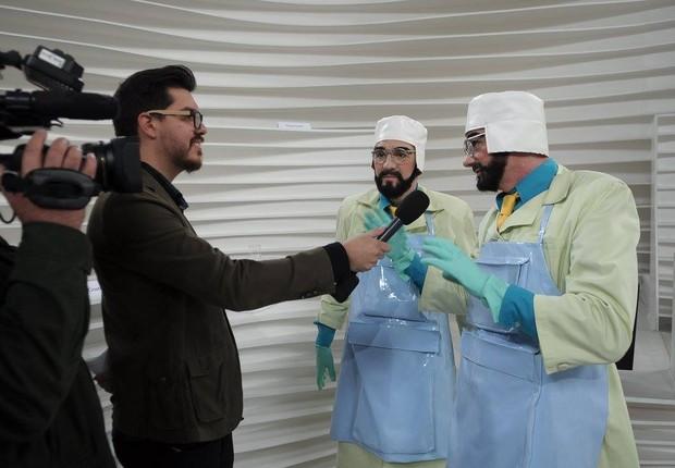 O editor do site da Galileu, Nathan Fernandes, entrevista Tíbio e Perônio (Foto: Divulgação)