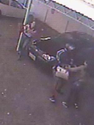 Câmeras flagraram o ladrão pegando o malote (Foto: reprodução/TV Tem)