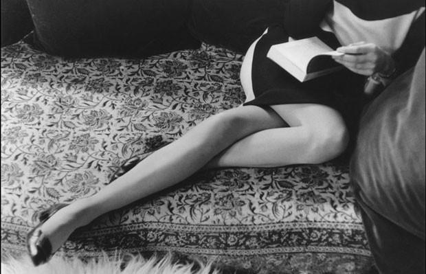 'Martine Franck'. a ultima mulher de Cartier-Bresson,a também fotógrafa belga Martine Franck lê um livro (1965) (Foto: © Henri Cartier-Bresson / Magnum Photos, cortesia Fondation Henri Cartier-Bresson)