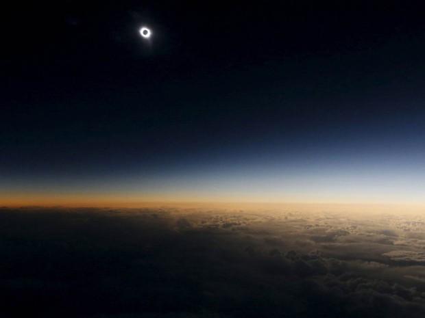 Eclipse solar é visto durante o apelidado 'Voo do Eclipse', um trajeto de avião que saiu da cidade russa de Murmansk para observar o eclipse de cima das águas neutras do Mar da Noruega (Foto: Sergei Karpukhin/Reuters)
