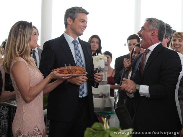 Flávia Alessandra leva o bolo de aniversário para Otaviano Costa (Foto: Salve Jorge/TV Globo)