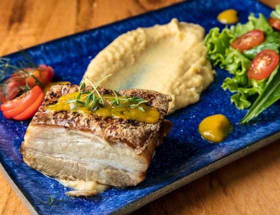 A barriga de porco agridoce, com fava de gão de bico, é outro dos destaques do restaurante  (Foto: Tomas Rangel)