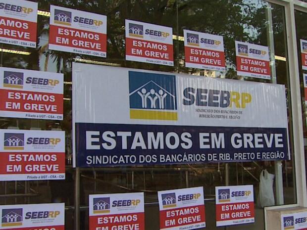 Cartazes na porta de agência bancária nesta terça-feira (18) em Ribeirão Preto, SP (Foto: Reprodução EPTV)