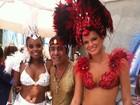 Bruna Marquezine posa de passista ao lado de Elymar Santos em gravação