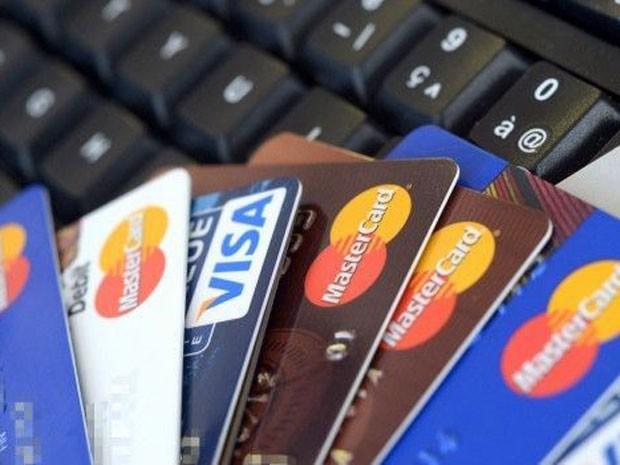 Acesso a cartões de crédito permite que pessoas consigam preços melhores. (Foto: AFP)