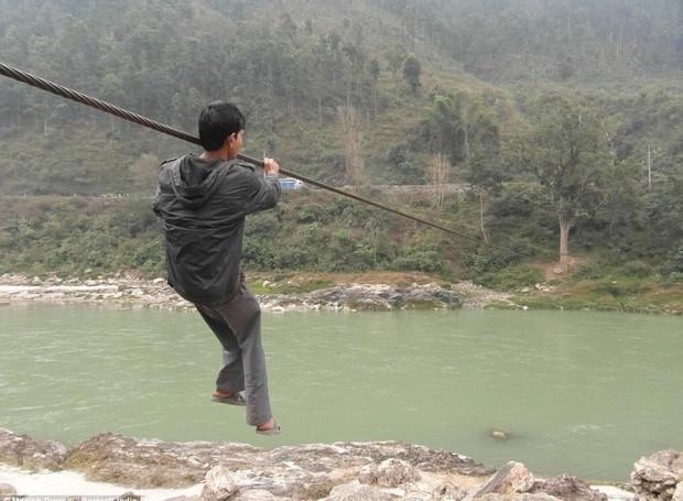 Menino se arrisca para chegar ao outro lado do vilarejo (Foto: Manish Duwadi / Barcroft India)