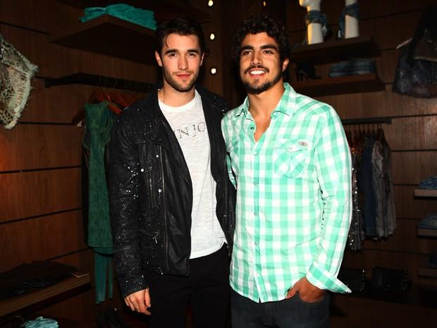 Joshua Bownman e Caio Castro em evento em loja em São Paulo (Foto: Iwi Onodera/ EGO)