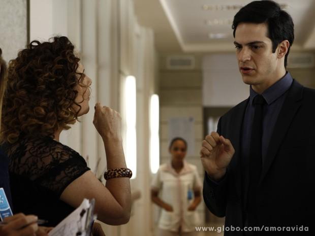 Félix aceita internar paciente para despachar Márcia do hospital (Foto: Amor à Vida/TV Globo)