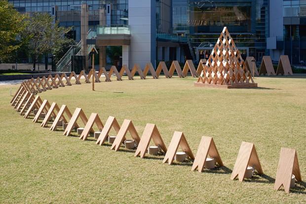 Tsumiki, conjunto de peças de madeira encaixadas como um brinquedo de criança. O design permite a versatilidade na hora de montar, permitindo que a criatividade seja fluída assim como a peça gerada (Foto: Divulgação)