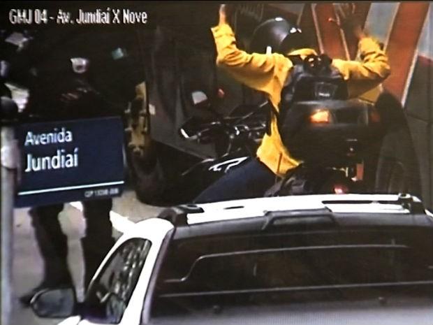 Motociclista é abordado com moto roubada em Jundiaí (Foto: Reprodução / TV Globo)