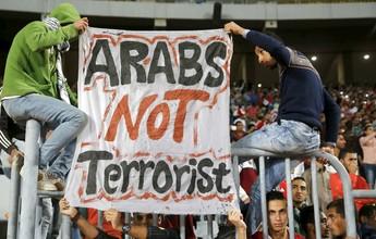 Egípcios protestam com cartaz, cruz e Alcorão em partida das eliminatórias