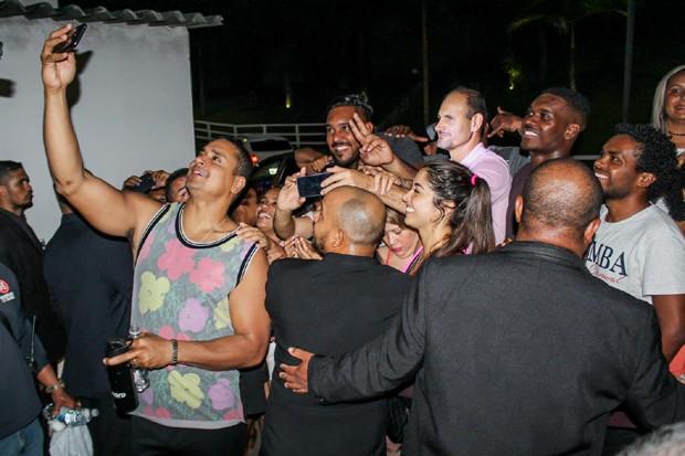 Xanddy atendendo fãs (Foto: Rodrigo Sanchez/Brazil News)